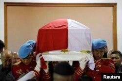 Pasukan Pengawal Presiden mengangkat peti jenazah Mantan Presiden RI ke-3, BJ Habibie, yang wafat siang ini, Rabu (11/9) di Rumah Sakit Angkatan Darat Gatot Soebroto di Jakarta, 11 September 2019. (REUTERS/Willy Kurniawan)