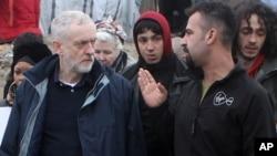 Le chef du parti travailliste britannique Jeremy Corbyn, au gauche, rend visite au camp de migrants de Calais, samedi 23 janvier 2016.