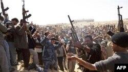 Các tay súng thuộc lực lượng chống nhà lãnh đạo Gadhafi bắn chỉ thiên trong khi dự tang lễ của những người bị thiệt mạng trong trận giao tranh ở Ajdabiya