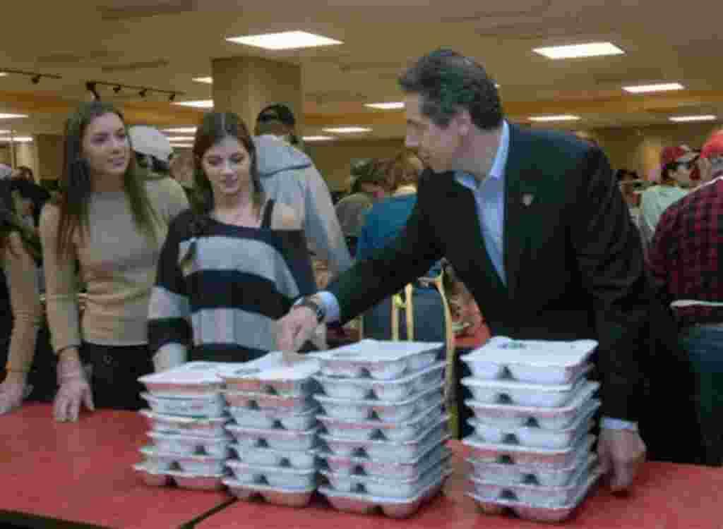 El gobernador del estado de Nueva York y sus hijas prestando servicio voluntario en un centro que ofrece comida a los necesitados.