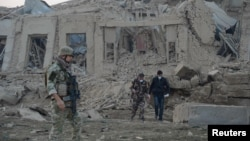 Các lực lượng an ninh Afghanistan và quân đội NATO điều tra hiện trường vụ nổ gần văn phòng tòa lãnh sự Đức ở Mazar-i-Sharif, Afghanistan, ngày 11 tháng 11 năm 2016.