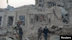 Forças do governo afegão e da NATO investigam o local de uma explosão junto ao consulado alemão, num ataque no dia 11 Novembro 2016