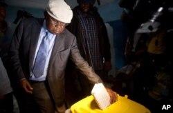 Etienne Tshisekedi votant à Kinshasa le 28 novembre 2011