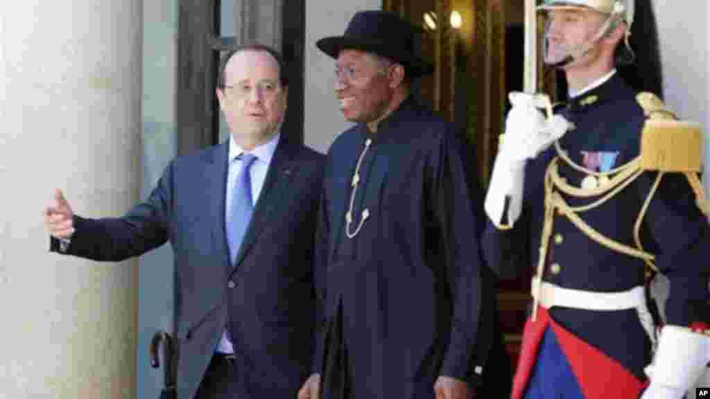 Shugaban Faransa Francois Hollande da Shugaban Najeriya Goodluck Jonathan a wajen Taro kan Tsaro a Najeriya, a Zauren Elysee a Paris, 17 ga, Mayu 2014.