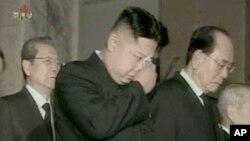 평양 금수산기념궁전에 안치되어 있는 아버지 김정일 국방위원장의 시신을 참배하면서 눈물을 흘리는 삼남 김정은