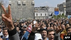 Hàng ngàn người tham dư đám tang của những người biểu tình chống chính phủ bị thiệt mạng trong các cuộc đàn áp
