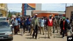 Veteranos de guerra desfilam na cidade de Lubango