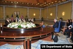 Državni sekretar Reks Tilerson tokom sastanka sa ministrom spoljnih poslova šeikom Sabah al-Kaledom, državnim ministrom za poslove kabineta i v.d. ministrom informisanja šeikom Mohamedom al-Abdulahom al-Mubarakom al-Sabahom i britanskim savetnikom za nacionalnu bezbednost Markom Sedvelom u Bajan palati u Kuvajt sitiju, Kuvajt, 10. jula 2017.
