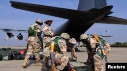 Des soldats nigérians se préparent à prendre l'avion pour le Mali (17 jan. 2013)