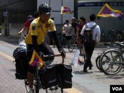 旅居美國的西藏流亡分子仁波雅克在世界各國騎單車,表達藏人渴望自由的聲音