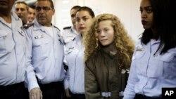 Ahed Tamimi, 16 ans, conduite dans une salle d'audience de la prison militaire d'Ofer, près de Jérusalem, le 28 décembre 2017.