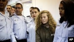 Ahed Tamimi (rambut pirang), remaja putri dari desa Nebi Saleh Tepi Barat, saat dibawa ke pengadilan dekat Yerusalem, 28 Desember 2017. (Foto: dok).