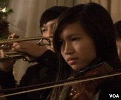Remaja Indonesia bermain biola dalam orkestra Indonesian Kids of Performing Arts.