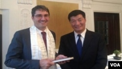 Lobsang Sangay Expresses Gratitude to Kompatscher (photo:tibet.net)