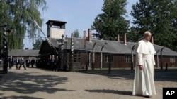 Папа Франциск у нацистському таборі Auschwitz біля польського міста Освенцім
