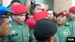 Serda Ucok Tigor Simbolon (paling kiri berbaret merah) di depan para pendukungnya di Pengadilan Militer II-11 Yogyakarta, 5 September 2013 (VOA/Nurhadi)