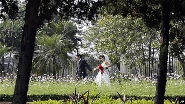 Couple walks through Reunification Park in Hanoi, Vietnam, Dec. 2008 (file photo).