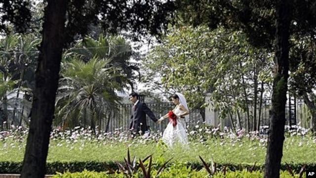 Couple walks through Reunification Park in Hanoi, Vietnam, Dec. 2008 (file photo).