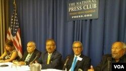از راست: سعدالدین ابراهیم مجری برنامه، کریم عبدیان، حسین بر، حبیب آذرسینا، آوا هما