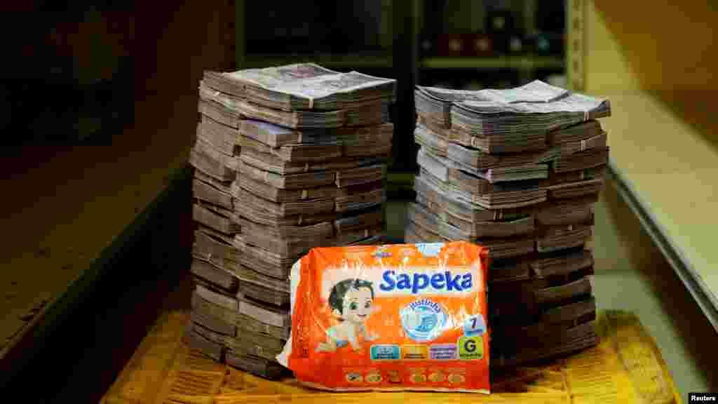 Un paquete de pañales cuesta 8.000.000 de bolívares, equivalente a 1,22 dólares.