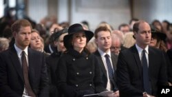 Baris depan dari kiri ke kanan: Pangeran Harry bersama Duke dan Duchess of Cambridge menghadiri Grenfell Tower National Memorial Service di Katedral St Paul, London, Kamis, 14 Desember 2017.