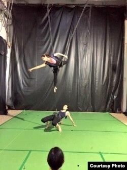 Một buổi tập của nhà biên đạo múa trên không Karen Fuhrman (phía trên) và Kim Wong, vai Trưng Trắc, (phía dưới).