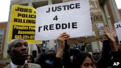 """Manifestants réclamant """"Justice pour Freddie"""" devant un commissariat de police, Baltimore, Maryland, Gray, le 21 avril 2015"""