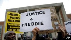 巴爾的摩警察局外的抗議者(資料圖片)