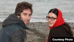 Arash Sadeghi (kiri) dan Golrokh Iraie, aktivis mahasiswa Iran. Sadeghi yang menjalani hukuman 15 tahun penjara, mulai mogok makan setelah istrinya Golrokh Ebrahimi Iraee ditangkap bulan Oktober dan kini menjalani hukuman enam tahun penjara di Iran (Foto: dok).