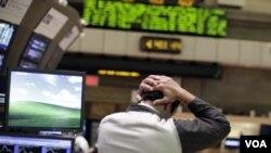 Seorang pialang di New York terpukul setelah indeks saham Dow Jones di New York anjlok 513 poin hari Kamis (4/8).