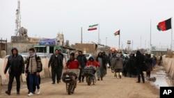 Warga Afghanistan di perbatasan Islam Qala dengan Iran, di provinsi Herat barat, kembali ke negaranya, 20 Februari 2019. (Foto: dok).