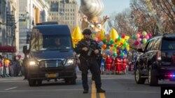 지난해 11월 뉴욕에서 열린 추수감사절 퍼레이드 출발 지점에 무장한 경찰이 서있다.