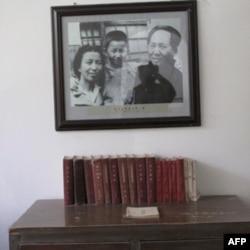 毛泽东住过的窑洞。墙上挂着毛与夫人江青和女儿李讷的照片。