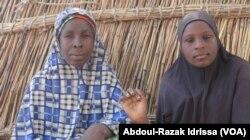 Souyeba, une jeune fille handicapée, et sa mère, à Diffa, le 17 janvier 2018. (VOA/Abdoul-Razak Idrissa)