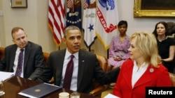 """美國總統奧巴馬星期二在白宮與全國州長協會執行委員會的成員討論""""財政懸崖""""的問題"""