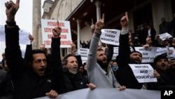 Para anggota kelompok Islamis melakukan unjuk rasa di Istanbul, usai melakukan shalat jenazah bagi Said dan Cherif Kouachi (16/1).