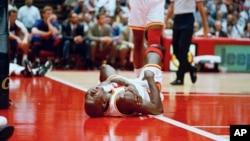 Carl Herrera se convirtió en el primer venezolano en jugar en la NBA. Debutó con el uniforme de los Rockets de Houston.