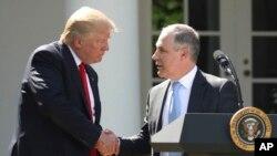 ARCHIVO - El presidente Donald Trump saluda al director de la EPA, Scott Pruitt, en la Casa Blanca, el 1 de junio de 2017.