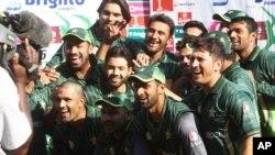 پاکستانی ٹیم 2015 میں زمبابوے کے خلاف ون ڈے سیریز 1-2 سے جیتنے پر خوشی کا اظہار کر رہی ہے۔ فائل فوٹو