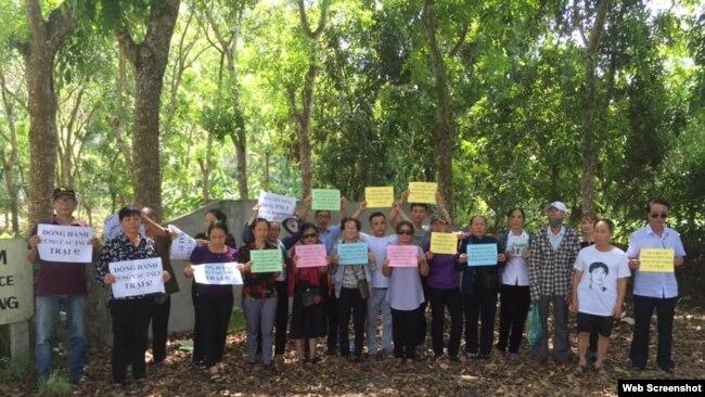 Các nhà hoạt động và gia đình TNLT đến Trại 6 Nghệ An hôm 12/7/2019.
