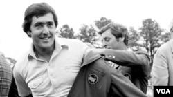 El golfista español Severiano Ballesteros, quien ganó el Master de Augusta dos veces, falleció en su casa en España, víctima de un cáncer cerebral.