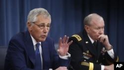 美國國防部長哈格爾(左)與美國參謀長聯席會議鄧普西12月19日在國防部舉行的記者會上