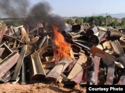江西某地焚烧从村民家抢来的棺木