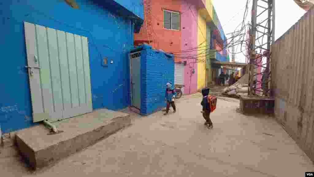 سرخ، گلابی، پیلے، نیلے، سبز اور دیگر رنگ پہلی نظر میں قوسِ قزح کا سا منظر پیش کرتے ہیں۔