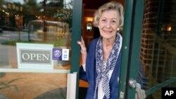 A los 90 años de edad June Springer trabaja como recepcionista para Caffi Contracting Services, en Alexandria, Virginia.