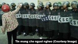 Một người biểu tình đứng trước lực lượng cảnh sát cơ động bên ngoài nhà máy Formosa hôm 2/10.