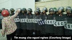 Một người dân biểu tình bên ngoài nhà máy thép Formosa, Hà Tĩnh, Việt Nam, ngày 02 tháng 10 năm 2016