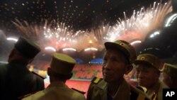 """朝鲜韩战老兵在""""祖国解放战争胜利日""""观看焰火"""