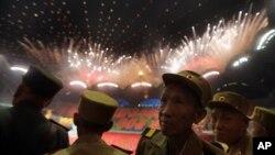 지난 7월 북한의 한국전 참전 군인들이 정전 60주년을 앞두고 평양에서 열린 아리랑 공연을 관람하고 있다.