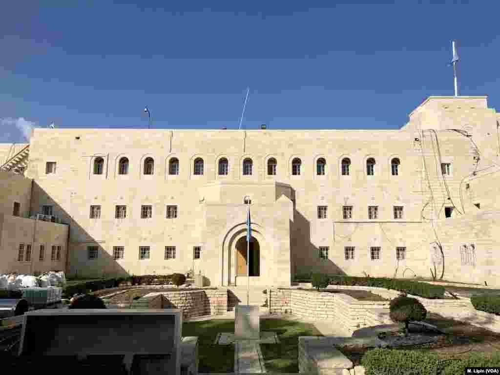 UNTSO telah merenovasi Government House selama beberapa tahun untuk memperkuat fondasi. Perbaikan gedung bersejarah itu, yang terlihat pada 6 April 2018, diharapkan selesai akhir tahun ini.